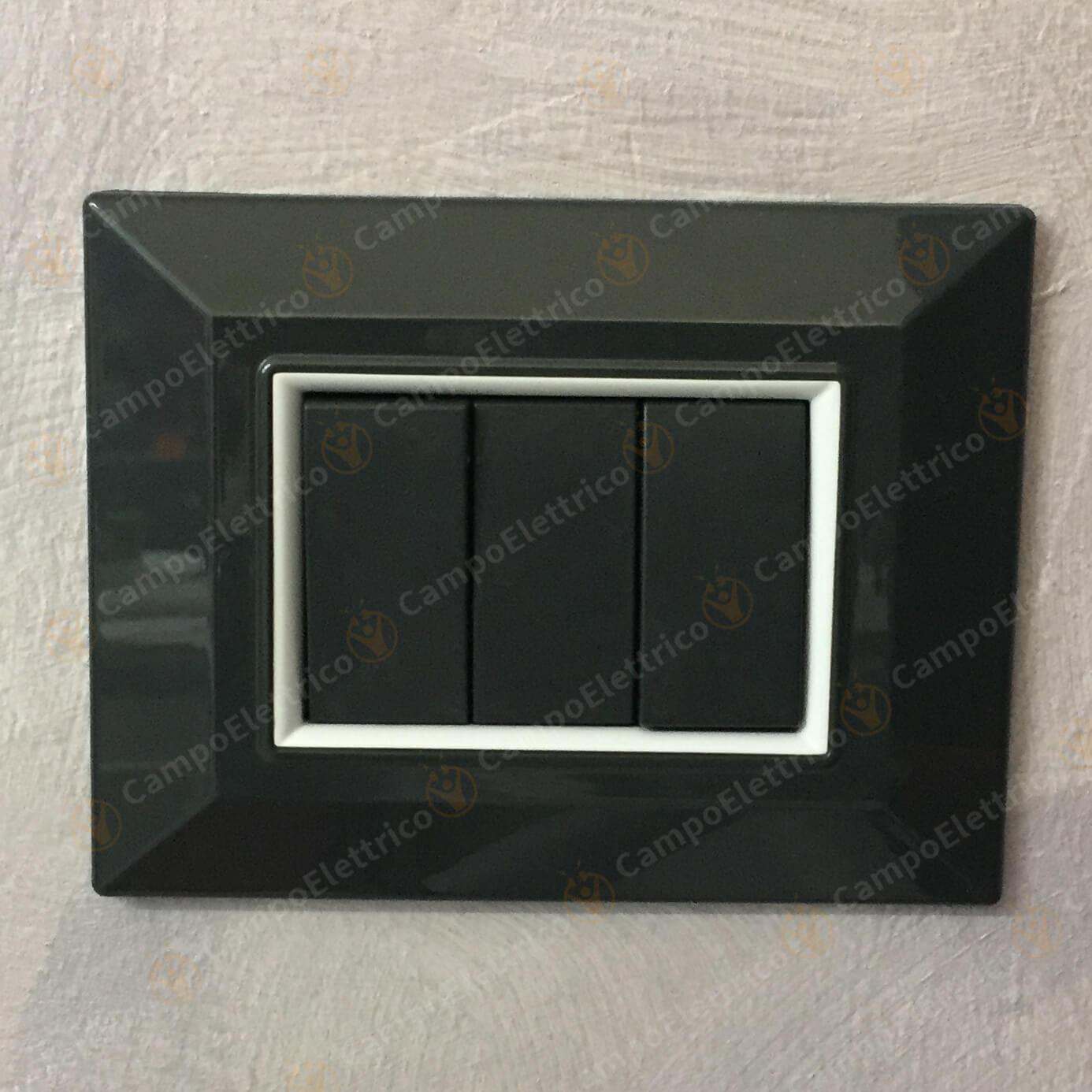 placca grigia scura compatibile montata a muro foto del cliente